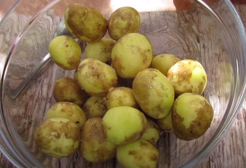 молодая картошка в духовке со сметаной