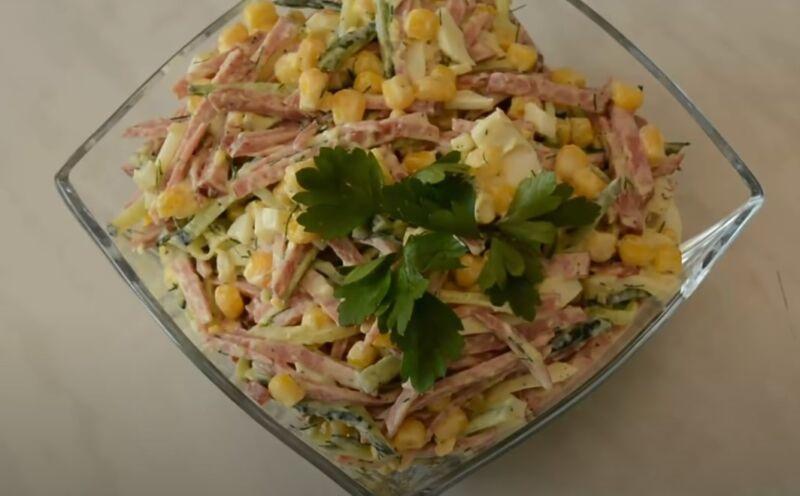 салат с огурцами и колбасой